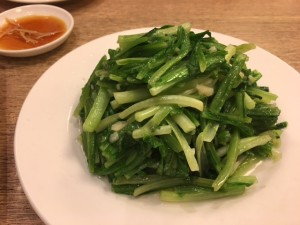 A菜炒めという聞きなれない野菜。ニンニクが効いてて美味しい! アツアツ!