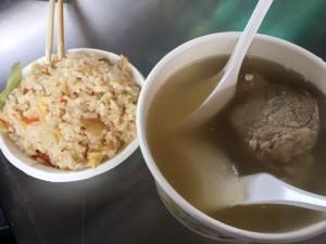 龍山寺近くの屋台で朝ごはん。排骨スープとニンニク風味のご飯。 約180円だけど超美味しい!優しい味のスープと食欲をそそるご飯。肉もホロホロです!