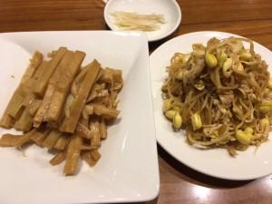 豆もやしとタケノコの煮物。というかメンマ? 前菜です。 言わずもがな美味い!